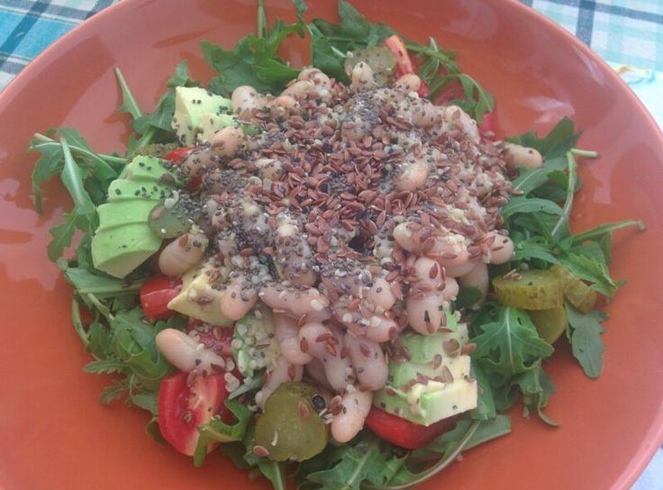 Rucola, pomodorini, fagioli cannellini, avocado e cetriolini con semi di chia, semi di canapa e semi di lino.