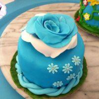 #minicake farcita e ricoperta con #pastadizucchero e decorata con una rosa in pasta di zucchero