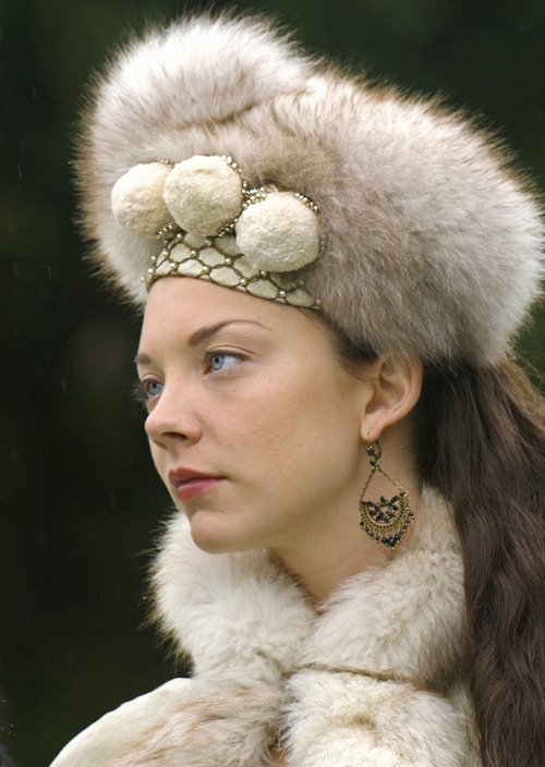 Natalie Dormer as Anne Boleyn in The Tudors.  LOVE this winter ensemble.  And, s