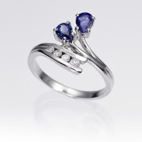 Anillo de zafiros y diamantes OSIRIS. Anillo de 2 zafiros talla pera y 4 diamantes talla brillante, engastados en una montura de oro blanco de 18 kilates.