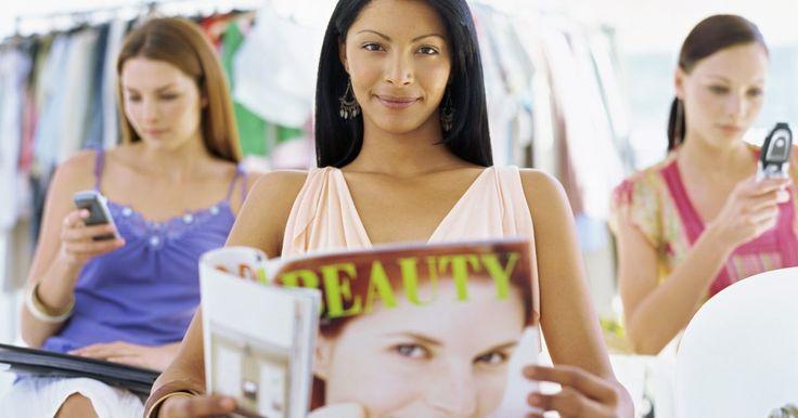 Temas de revistas de moda y belleza. Las revistas de moda y belleza incluyen artículos que se relacionan al bienestar de las mujeres, así como temas que apuntan a que las mujeres se vean lo mejor posible. Sugerencias sobre qué usar, cómo vestirse y qué estilo adoptar cautivan el interés de las mujeres interesadas en lo que ofrecen las revistas de moda y belleza. Temas e historias ...
