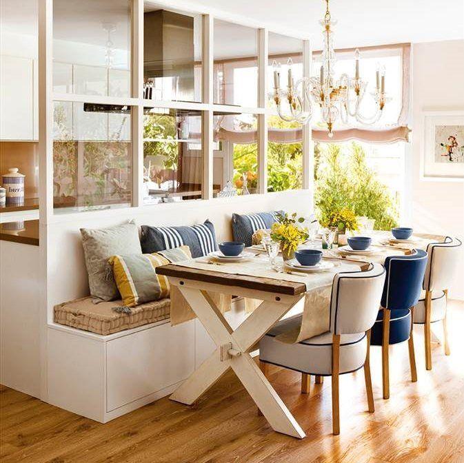 Comedor conectado con la cocina, con banco, mesa de madera y lámpara de araña 402268