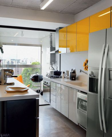 Na cozinha, os armários guardam somente o necessário: não há grande estoque de alimentos e utensílios. Móveis da Tok Stok. As bancadas são de Corian (Studio Vitty).