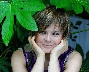 """EDYTA JUNGOWSKA - Jest absolwentką PWST w Warszawie. Zadebiutowała w filmie """"Ucieczka z miejsc ukochanych"""" w 1987 roku. Aktorka znana ostatnio szerokiej publiczności jako energiczna siostra Bożenka w serialu """"Na dobre i na złe"""". Jest związana na stałe z """"Teatrem Studio"""". Stale użycza swego głosu do tworzenie ścieżki dialogowej filmu (dubbing). Pracowała w tym charakterze przy realizacji m.in. Oliver i spółka, Toy Story, Toy Story 2.    Opracowanie własne"""