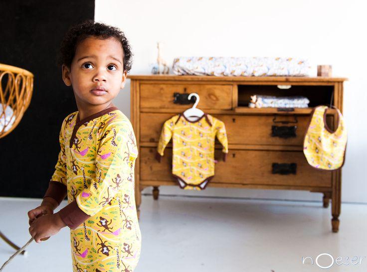 Het nieuwe NL merk nOeser maakt heel vrolijke kleertjes voor de allerkleinsten. Dit speel-en slaappakje met print van Mika the Monkey is superlief!
