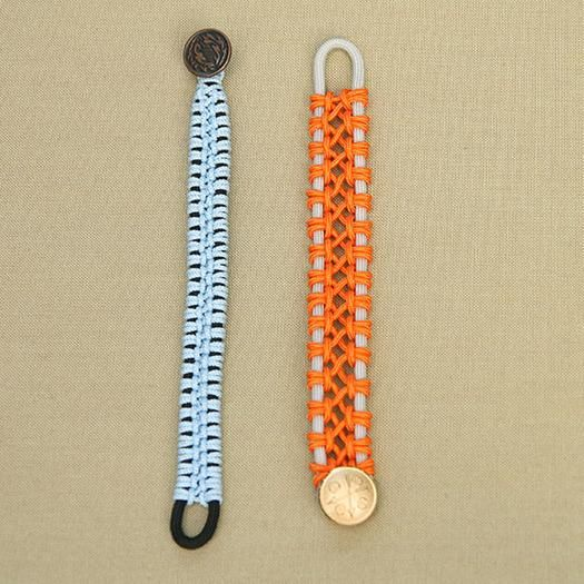 How to weave bracelets from laces. Process of making: http://wonderdump.com/how-to-weave-bracelets-from-laces/