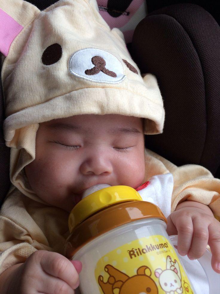 にぎにぎするのを覚え始めた愛娘。一生懸命掴んでミルクを飲んでたら…この顔癒されます
