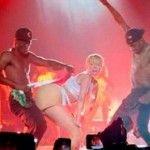 Miley Cyrus rischia la galera per il twerking con la bandiera messicana