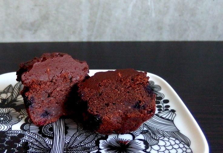 Luontaisesti gluteeniton mustaviinimarja-suklaakuppikakku raakakaakaokuorrutuksella