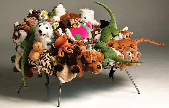 Banquete – feita em 2004, leões, jacarés, cachorros e todo o tipo de bichinhos de pelúcia formam, juntos, essa cadeira nada convencional.