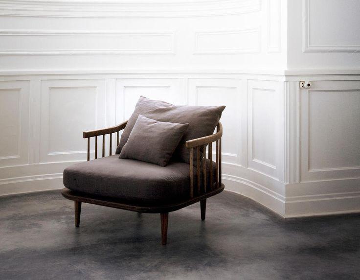 FLY Lounge SC2 & SC3 ingår i en serie sköna och vackra sittmöbler från danska &Tradition formgivna av SPACE Copenhagen. FLY har lösa sitt och ryggkuddar allt för att användaren själv ska få arrangare sin sittmiljö så bekväm som möjligt. Sittkuddarna är tillverkade i kallskum och ryggkuddarna är fyllda med fjäder.