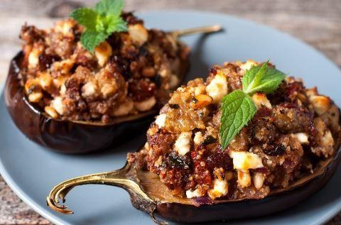 Μελιτζάνες γεμιστές με κιμά, τυρί φέτα και μεσογειακά αρώματα και γεύσεις. Ένα εξαιρετικό πιάτο με μελιτζάνα, το αγαπημένο λαχανικό του καλοκαιριού και όχι