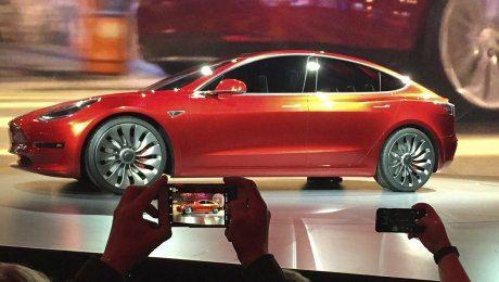Илон Маск показал первый серийный электромобиль Tesla Model 3