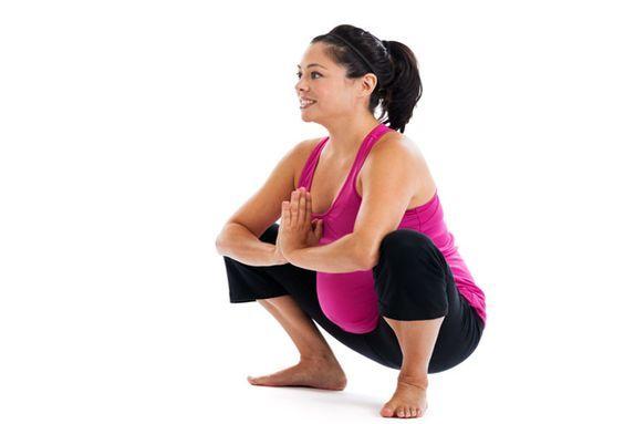 in der Schwangerschaft wirkt die tiefe Hocke nicht nur Rückenschmerzen entgegen, sondern ist eine ideale Übung, um den Beckenbereich für die Geburt beweglicher zu machen und eine schnellere Geburt zu erreichen. Daneben ist die tiefe Hocke auch eine sehr vorteilhafte Geburtsposition, besonders in der letzten Phase der Geburt.