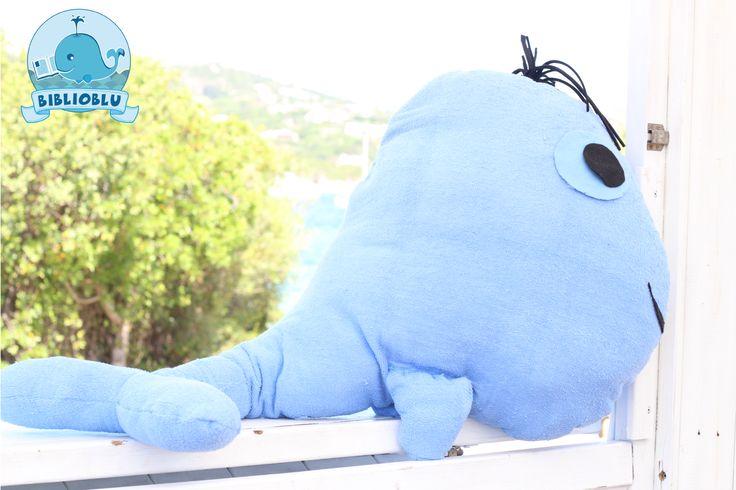 Balenottera Celestina, mascotte della Biblioblu, realizata con tessuti di riciclo, in particolare con un vecchio asciugamano. La trovi in Sardegna, a Palau!