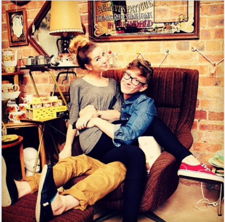 Tyler Oakley and Zoella! Such a cool picture!! <3