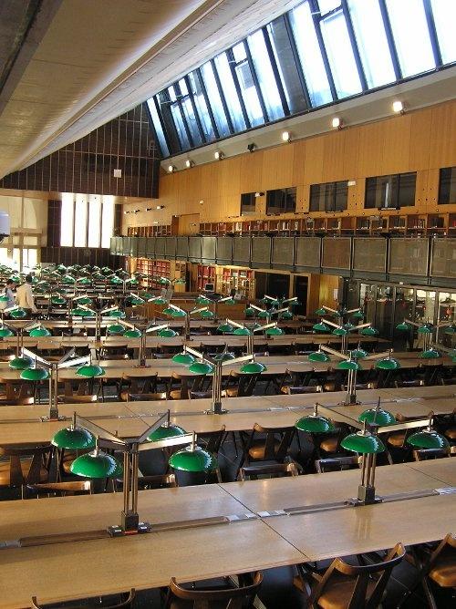Salle de lecture du Centre d'accueil et de recherche des Archives nationales (CARAN) sur le site de Paris.  (Architecte Stanislas Fiszer) © Archives nationales / France