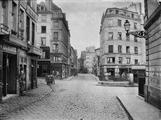 Carrefour entre la rue Descartes et la rue de l'Ecole polytechnique. Paris (Vème arr.). 1870. Photographie de Charles Marville (1813-1879). Bibliothèque historique de la Ville de Paris.