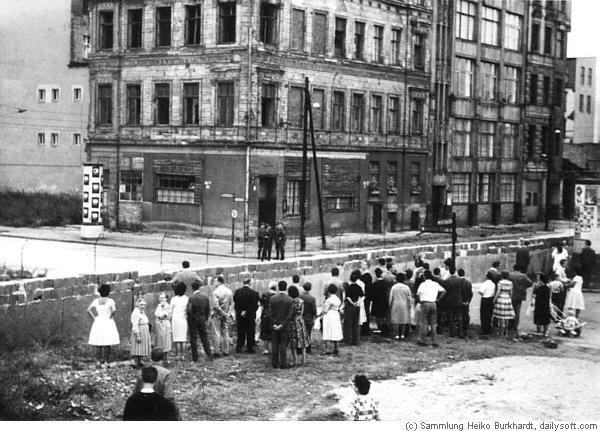 Berlin | Geteilte Stadt. Berliner Mauer. 1961 Berliner Mauer - Menschen von ihren Familienangehörigen auf der anderen Seite der Mauer getrennt. 1961. (c) 2001 Heiko Burkhardt