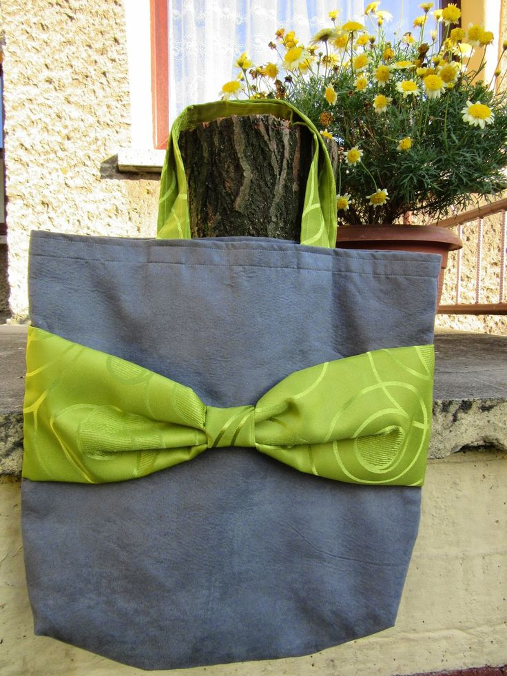Tote bag with green bow.