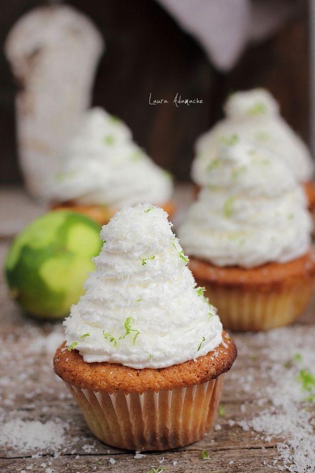 Cupcakes cu ananas Sun Food pentru micul dejun. Reteta de cupcakes cu ananas si frisca. Cupcakes pufoase, rapide si parfumate. Reteta cupcakes.