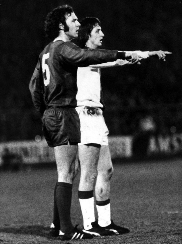 Beckenbauer del Bayern Munich y Johan Cruyff del Ajax parecen estar dando las mismas indicaciones a sus compañeros, 1973