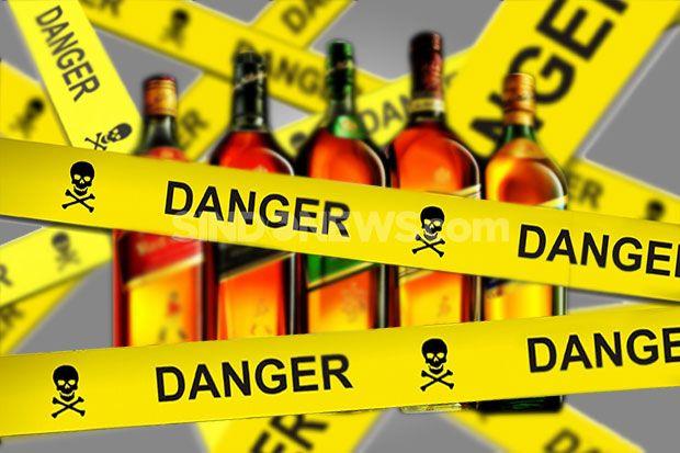 Jakarta - Polisi masih memburu peracik dan juga penjual minuman keras (miras) oplosan yang mene...