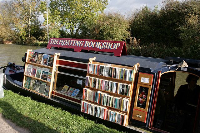 BOOK BARGE. The Floating Bookshop (2008) © 'Quilted/'s photostream' (Photographer. Leicestershire, ENGLAND) via flickr. Canal Boat. Used Bookshop. UK. Makes me wish I lived on this canal :-)