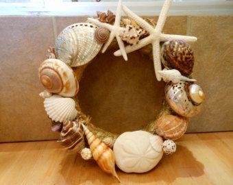 Gemaakt met allerlei verschillende prachtige zee schatten, is mijn Seashell drijfhout krans een adembenemende vertoning van beachy paradijs! De krans zelf is prachtig - het is gemaakt met echte stukjes drijfhout. Ik gebruikte een grote suiker zeester, groene zee-egels, Ierse bakken eierschalen, Donkey oor Zeeoren, groen/bruin Turbos en zachte witte schelpen van de Tibia. Wat deze krans zo speciaal maakt is de verbazingwekkende natuurlijke schoonheid van de schelpen tegen de drijfhout. De…