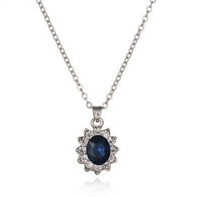 COLAR DA PRINCESA AZUL - Corrente modelo elos portugueses com pingente no mesmo modelo do anel de noivado de Kate Middleton com um cristal azul rodeado de cristais brancos. Tamanho: 1,5cm x 1,6cm. Joias com banho de Ouro Branco 18K. Só R$ 79,00!!!