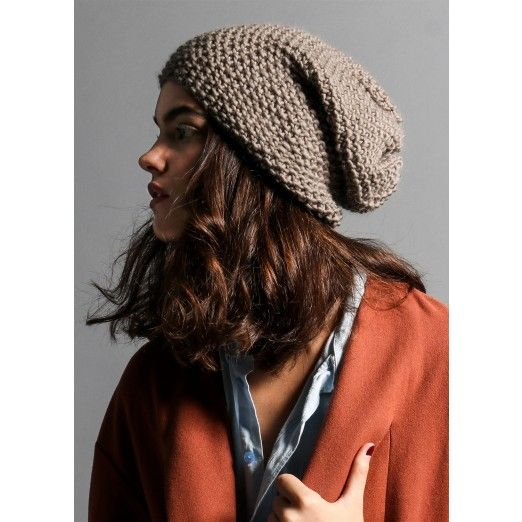 EASY LEVEL The kit contains: * 1 ball of 100% Petite Peruvian wool yarn * 8 mm / UK 0 / US 11 wooden knitting needles * The pattern * A small knitter's sewing needle * Embroidered Label * WAK packaging * <b>Image color: Taupe. ¡Choose your co