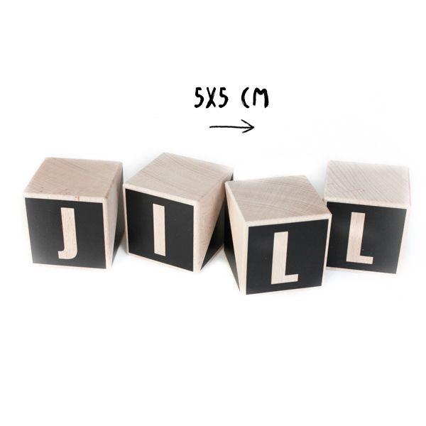 Houten naamblokken/letterblokken met letter. Gemaakt van beukenhout en leuk voor op de kinderkamer of babykamer. De blokken zijn 5 x 5 x 5 cm.  www.nuki-nuby.nl
