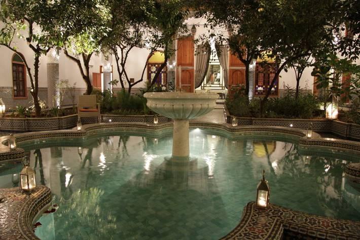 7. Palais Amani, Fes, Marocko  Här bor du i ett forntida palats med vacker traditionell arkitektur. Utanför hotellets väggar finns många historiska sevärdheter. Inomhus erbjuds bland annat hamambad. Ett klassiskt rum med dubbelsäng kostar cirka 1 700.