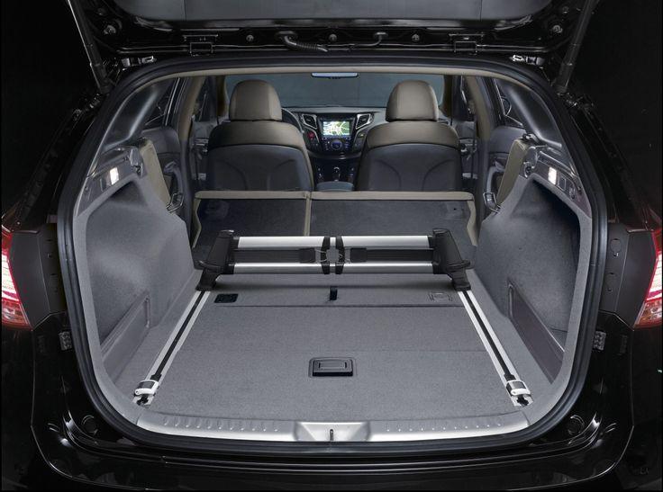 Przestrzeń po złożeniu tylnych siedzeń  Oparcia tylnych siedzeń zostały zaprojektowane tak, aby po złożeniu tworzyły idealnie płaską powierzchnię wraz z podłogą bagażnika. Umożliwia to transport przedmiotów o większych gabarytach