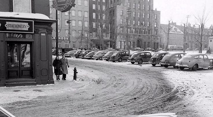 À première vue, les lieux n'ont pas beaucoup changé. C'est à peine si l'on remarque que le vénérable hôtel Clarendon possède un étage de moins. À la droite de l'image, on distingue le monument de Louis-Hébert, transféré au parc Montmorency, en 1971.