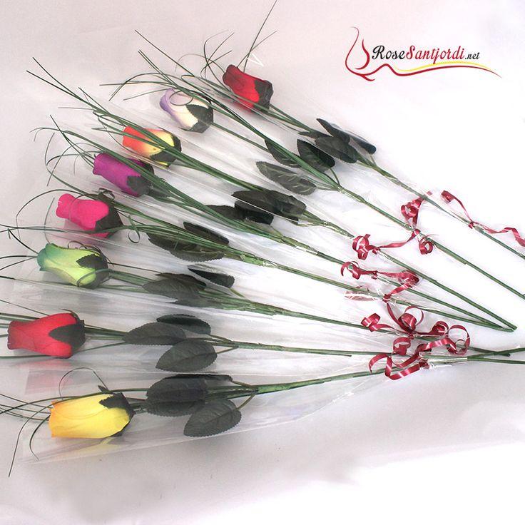 Roses Sant Jordi de colores preparadas Roses de colores para Sant Jordi preparadas con envoltorio de celofán transparente y en la zona inferior tiene un pequeño lacito rojo. Las rosas de Sant Jordi vienen con espiga de decorativa. Todas nuestras rosas se entregan perfumadas con un aroma de rosa.  #santjordi #Barcelona #diada