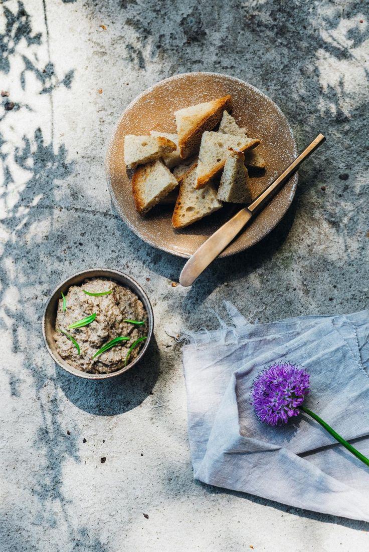 dip van champignons en blauwe kaas:   Ingrediënten  1 kleine witte ui  1 teentje knoflook  Olijfolie  500 g champignons  Peper en zout  75 g Pas de Bleu (of een andere blauwschimmelkaas)  2 el dragon (fijngehakt)  1 tl mosterd  100 ml zure room  Bereiding  1. Snijd de ui en knoflook fijn en stoof aan in olijfolie. Snijd de champignons in kleine blokjes en bak mee met de ui en knoflook. Breng op smaak met peper en zout.  2. Mix een derde van de champignons fijn. Houd de rest apart. Laat alles…
