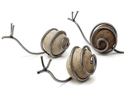 caracol de alambre y roca