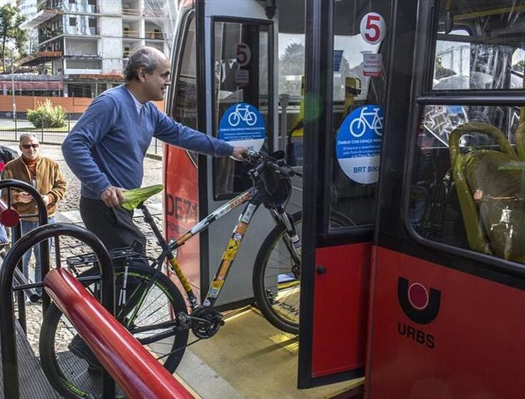 Curitiba começou a testar o BRT-Bike um projeto-piloto que permite a ciclistas embarcar no transporte coletivo com suas respectivas bicicletas. Com esse ajuste o ciclista curitibano pode usar o ônibus para cobrir distâncias longas e usar a bike para ir de casa até o ônibus e do ônibus até o trabalho/escola por exemplo.  Gostei porque era exatamente esse intermodal que eu fazia quando morava no Japão para ir ao trabalho usando trem metropolitano e o que hoje paulistanos como nossa…