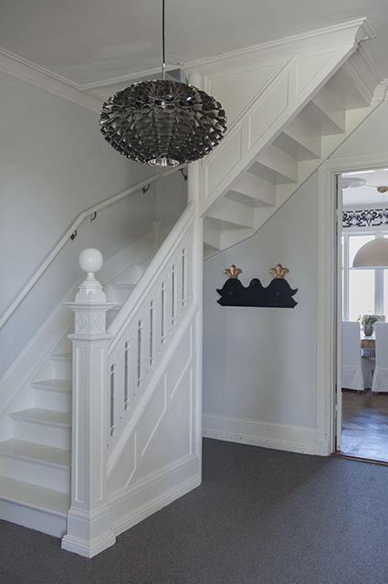 Rymlig hall med möjlighet till klädförvaring under trappan