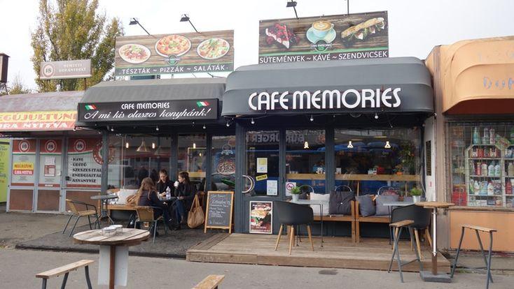 Baromi+lelkes+voltam+három+éve,+amikor+rátaláltam+a+Café+Memoriesra,+erre+a+tökéletesen+bizarr+helyen+fellelhető+kávézóra.+A+Kisföldalatti+Mexikói+úti+végállomása,+meg+az+ottani+P+R+parkoló+között+félúton,+a+buszvégállomás+megtermett+sofőrjeinek+100+forintos+automatás+kávét+szürcsölő+gyűrűje…