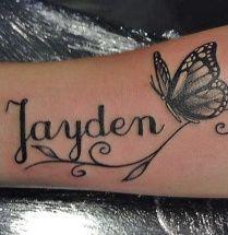 Naam tatoeage met een vlinder rbij op de onderarm