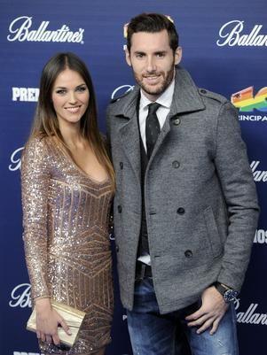 La modelo Helen Lindes y el jugador de baloncesto Rudy Fernández se han comprometido. Según aseguran fuentes cercanas a la revista ¡Hola!, hace poco Rudy le preparó una sorpresa a su novia para pedirle matrimonio.