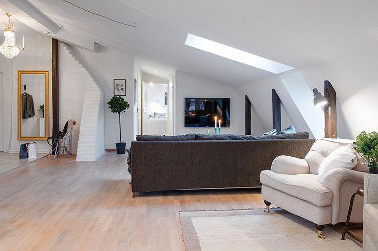 Оригинальные архитектурные особенности здания сразу же привлекают внимание. Это и мансардные окна, и кирпичная кладка, и деревянные потолочные и вертикальные балки, выкрашенные в коричневый цвет для контраста с белой отделкой стен и потолка. Декор квартиры выполнен в скандинавском стиле, где доминируют простота и уют. #декохата #мансарда #дизайнмансарды #decohata #decohata_useful #скандинавскийстиль #designinterior