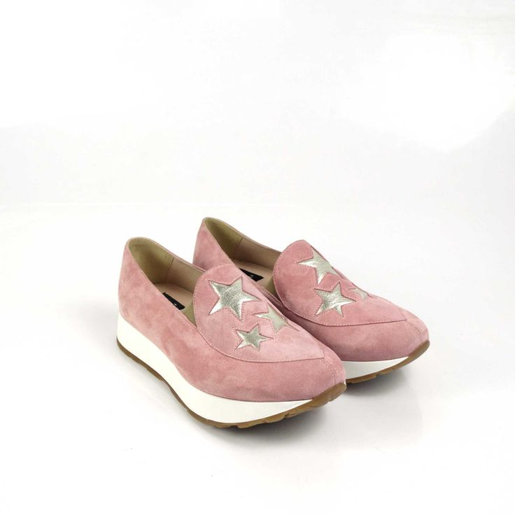 Pantofii de dama Mineli Starlight Pink Litesunt realizați din piele întoarsă în cea mai cool nuanță a acestui sezon: rose quartz, și sunt stilizați cu steluțedin piele auriu metalizat.