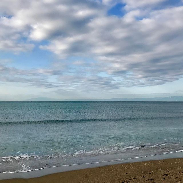 【tooshiiicoo】さんのInstagramをピンしています。 《* *里帰り* *朝の逗子海岸* *沖にうっすら見える伊豆半島* * #空 #ソラ #そら #sky #skylovers #love_all_sky #sky_brilliance #instasky #blue #雲 #くも #clouds #cloudscape #cloudstagraeme #逗子海岸 #逗子 #海 #sea #里帰り》