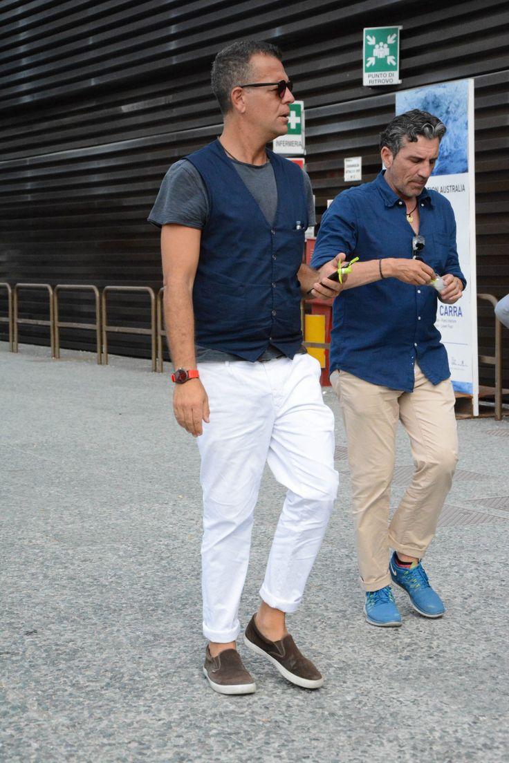 """白パンツといえば、着こなしに合わせるだけでクリーンな印象を演出できるメンズファッションの定番アイテムだ。今回は""""白パンツ""""にフォーカスして、注目の着こなし&アイテムを紹介! 白パンツ×ポロシャツ×コットンテーラードジャケットスタイル 今や定番の着こなしとして定着しつつあるポロシャツ×テーラードジャケットスタイル。ファッショニスタとして知られるザンバルド氏も違和感無く取り入れている。コロニアルカラーのコットンテーラードジャケットに対して、ボトムは白パンツをチョイスして抜け感を演出。 ENTRE AMIS(アントレアミ) GAGAホワイトデニム イタリア、ナポリ発のパンツ専業ブランド「entre amis(アントレアミ)」。9部丈パンツモデルのGAGAからイタリア製の5ポケットタイプをピックアップ。 詳細・購入はこちら 白パンツ×ジャケパンコーデ 洗い加工が施されたテーラードジャケットに白パンツを合わせてクリーンな印象をプラスしたコーディネート。インナーのTシャツはタックイン。 JACOB COHEN(ヤコブコーエン) ボタンフライパンツ PW622 テー..."""