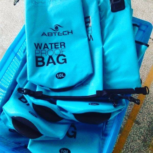You do not want your things to get wet on the beach? This water proof bag 10L is what you need! Coming soon this December! #abtech #sharethetech   #drybag #waterproof #bags #snorkeling #diving #swimming #gear #great #traveling #bag #california #adventure #travel #hawaii #maui #keywest #florida #forsale #unitedstates
