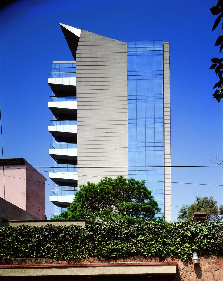 Es un edificio escaparate con un núcleo de servicios al centro que incluye 4 sótanos de estacionamiento, planta baja, mezzanine, 9 niveles de oficinas y un roof garden.