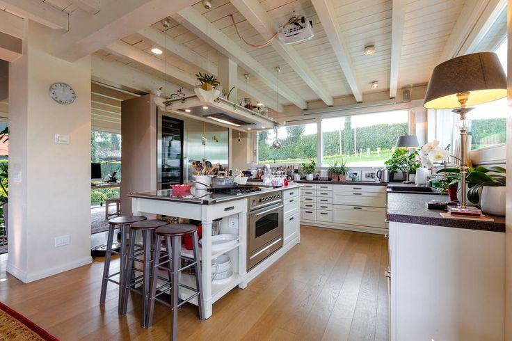 Dai un'occhiata a questo fantastico annuncio su Airbnb: Luxury Villa in Garda Golf Club - Ville in affitto a Soiano